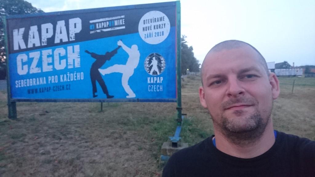 Instruktor Mike s billboardem KAPAP CZECH 2018 (Dobříš)